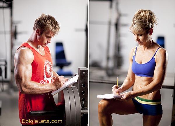 Мужчина и девушка ведут дневник тренировок в тренажерном зале - образец.