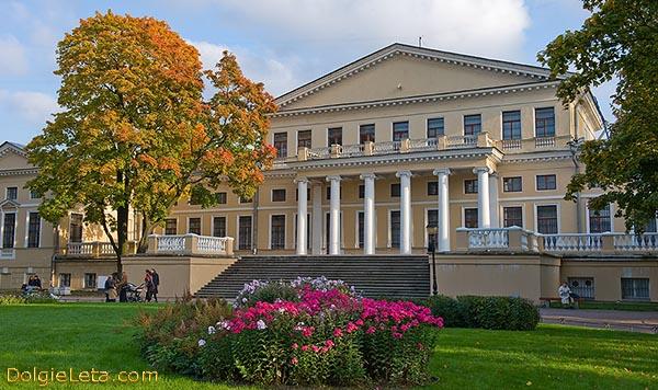 На фото Дворец Юсуповых на Фонтанке в Санкт-Петербурге.