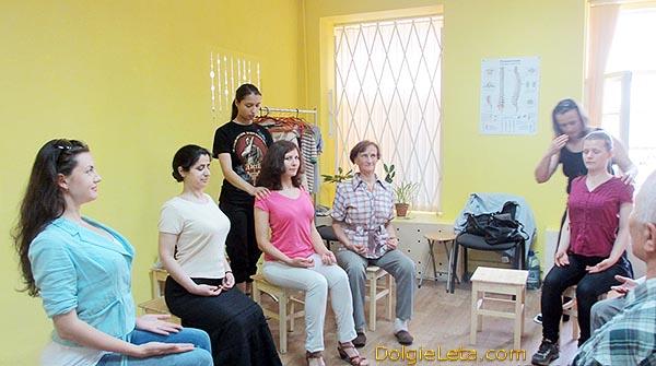 Групповые занятия гимнастикой Айкуне по восстановлению позвоночника.