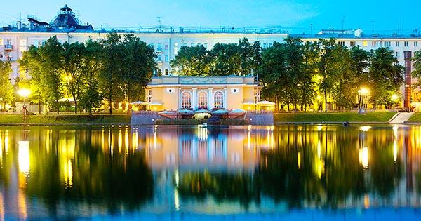 Кафе ресторан на Патриарших прудах - вечерняя фотография.