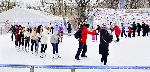 Массовые катания на катке в саду Эрмитаж - Москва.