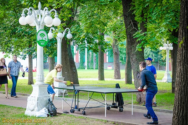 Играем в настольный теннис в  московском саду Эрмитаж.