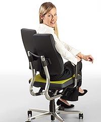 Девушка сидит на ортопедическом кресле для компьютера DuoBack Balance.
