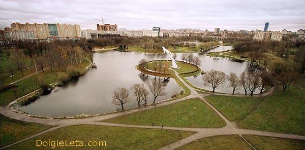 На фотографии Парк Авиаторов в Санкт-Петербурге с высоты птичьего полёта.