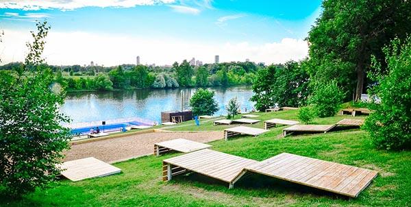 Оборудованный пляж на Москве-реке в парке Фили.