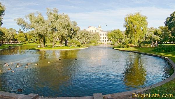 Общий вид на пруд в Юсуповском саду - на дальнем фоне Дворец Юсуповых.