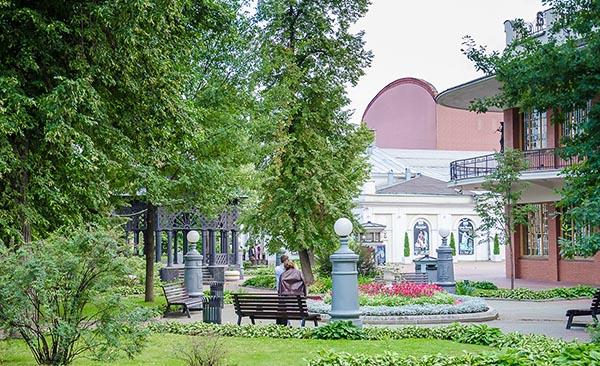 Сад Эрмитаж в Москве в цвету и весь в зелени.