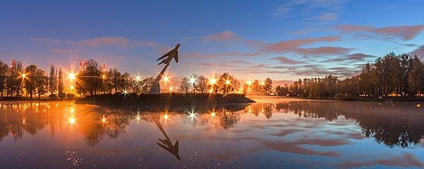 Вечерний парк Авиаторов - силуэт самолета Миг-19