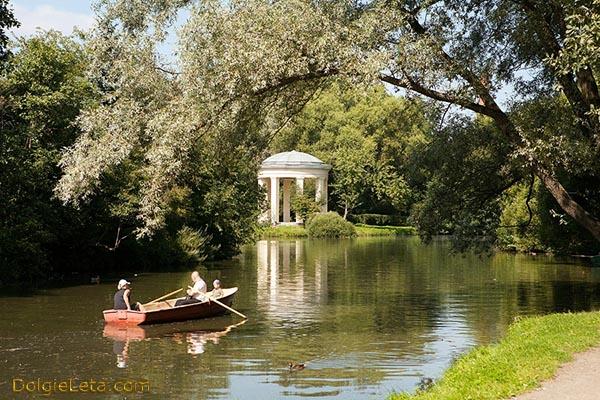 Катание на лодках по пруду в парке культуры и отдыха Екатерингоф в Санкт-Петербурге.