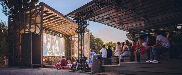 Кинотеатр под открытым небом в парке искусств Музеон в Москве.