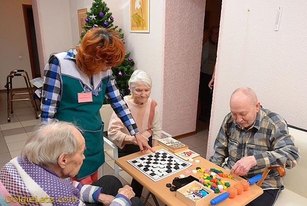Времяпрепровождение за настольными играми в санаториях и пансионатах для пожилых и престарелых людей.
