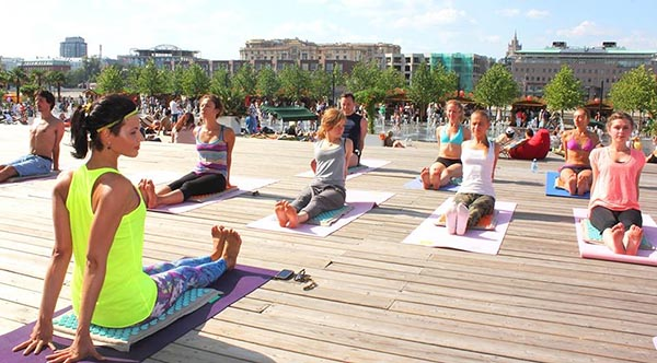 Занятия по йоге в парке искусств Музеон.