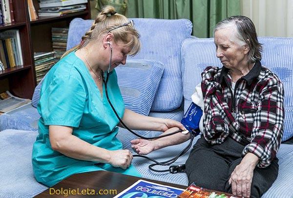 Замер давления у пожилых людей в санаториях и домах для престарелых.