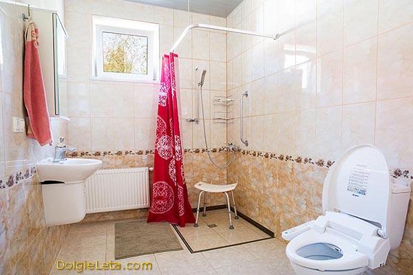 """Пансионат """"Европейский"""" для пожилых людей - на фото туалетная комната."""