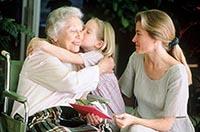 Мама с дочкой навещают бабушку в интернате для престарелых людей в Подмосковье.