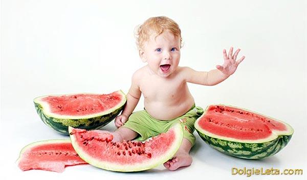 Малыш и спелый, вкусный арбуз.