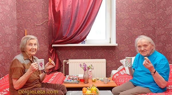 """Пансионат для пожилых людей в СПб """"Вишневый сад"""" - бабушки в комнате пьют чай."""