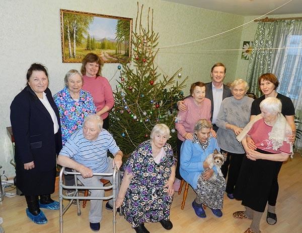 """На фото пожилые люди в частном пансионате - дом для престарелых """"Добрые руки"""" - СПб, г. Пушкин"""