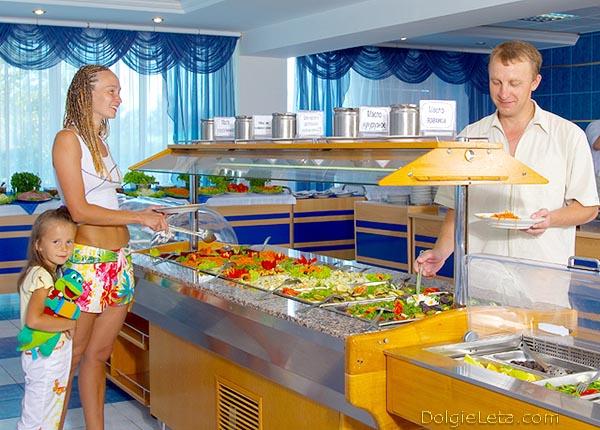 "Шведский стол в пансионате ""Урал"" в Анапе. - родители с дочкой."