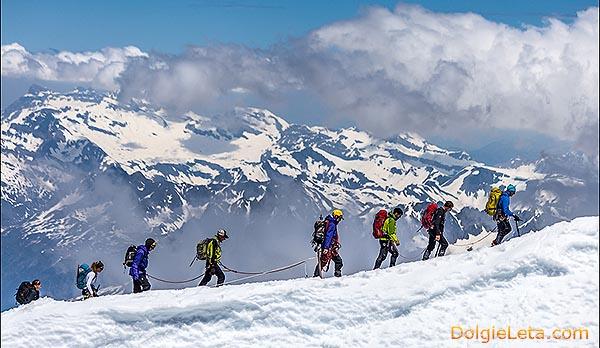 Фотография альпинистов в горах.