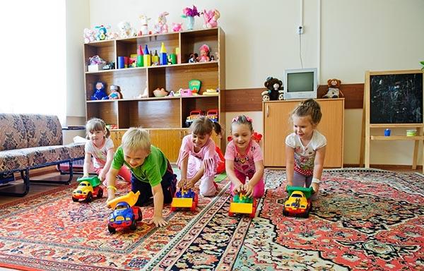 Детишки в игровой комнате в санатории Отдых.