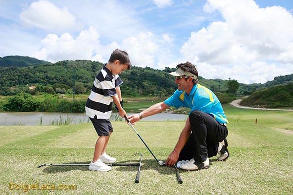 Папа учит сына играть в гольф
