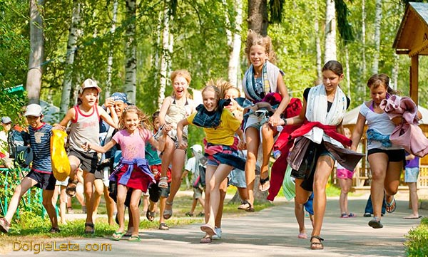 Радостные детишки бегут по дорожке в санатории Подмосковья.