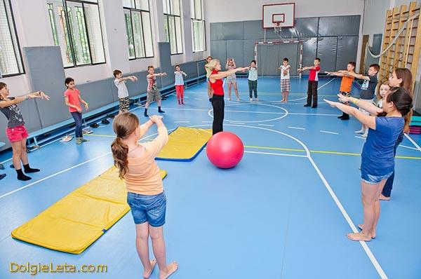 Детские занятия ЛФК в спортзале санатория Отдых.
