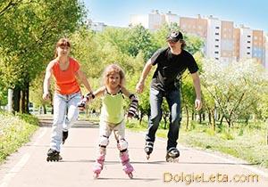 Семья катается на роликовых коньках - о популярных видах активного отдыха.