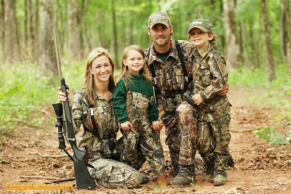 Семья охотников - мама, папа и детишки на охоте.