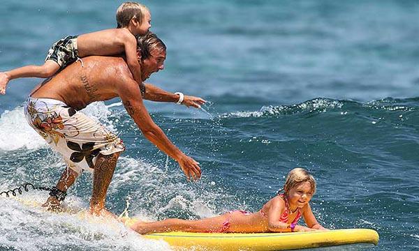Катаемся на серфинге семьей - активный отдых на море.