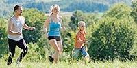Активный семейный отдых - бег родителей и детей.