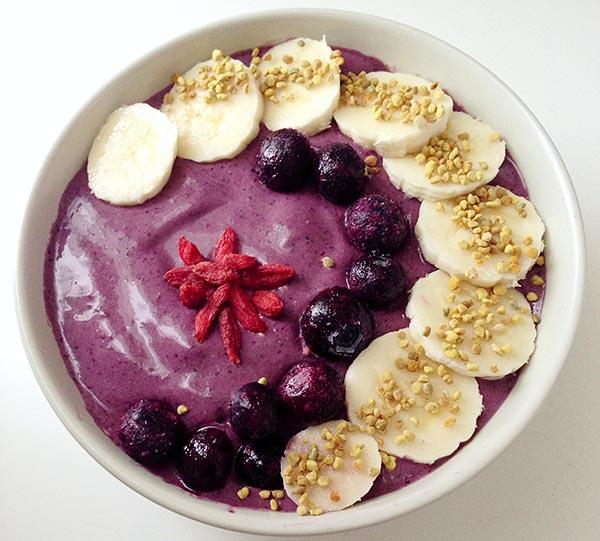 Смузи с ягодами Асаи, Годжи и бананами.