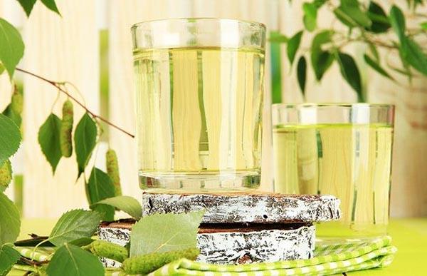 Березовый сок: польза и вред, состав, показания и противопоказания напитка.