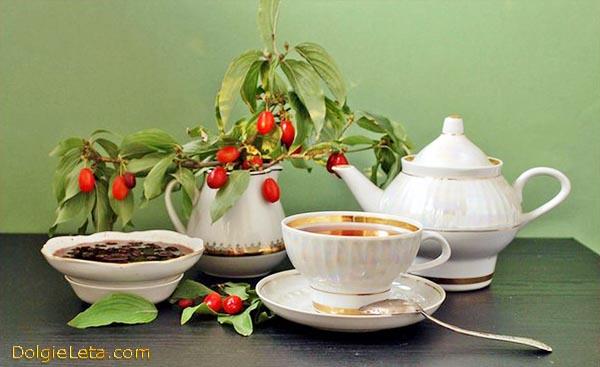 Пьем чай с вареньем и джемом из ягод кизила.