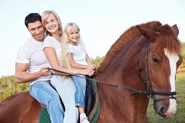 Конные прогулки с детьми. Фото семьи верхом на лошади.
