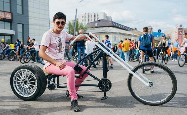На фото молодой человек на велобайке.