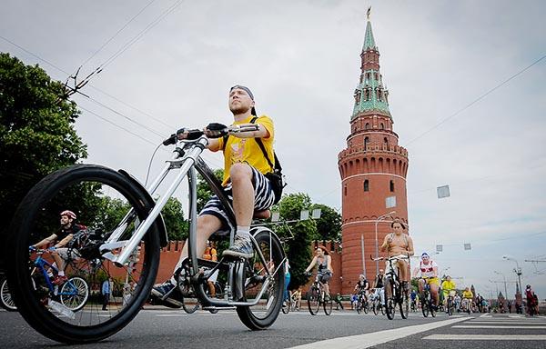 Молодой человек едет на велобайке в Москве - Польза и вред езды на велосипеде для мужчин.