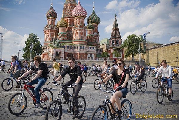 Парад велосипедистов в Москве на Красной площади.