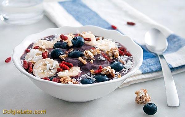 Питательный завтрак с ягодами Асаи.