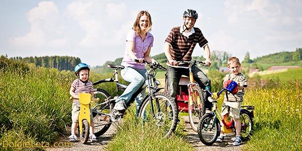 Семейные велосипедные прогулки с маленькими детишками.