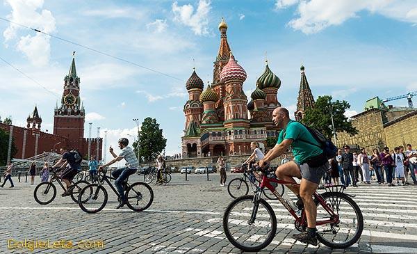 Велосипедисты катаются на Красной площади в Москве.