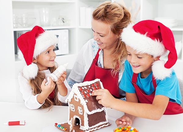 Мама готовит с детьми вкусняшки к новогоднему праздничному столу.