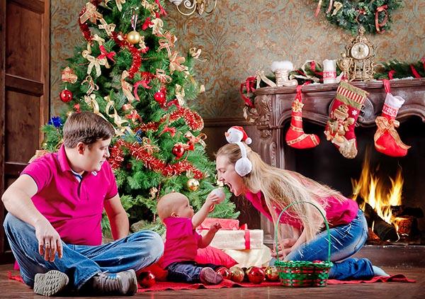 Украшаем всей семьей с ребенком дом и комнату к Новому году - наряжаем елку игрушками.