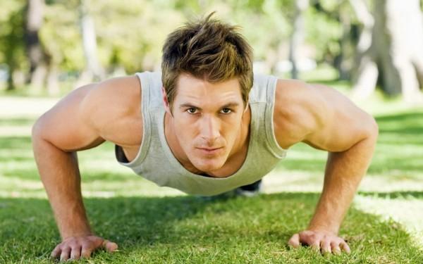 Комплекс упражнений для мужчин для утренней зарядки и гимнастики - на фото мужчина отжимается от земли