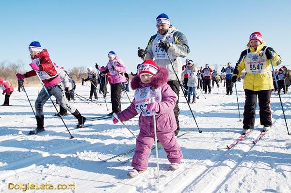 На лыжах катаются и соревнуются люди всех возрастов - от мала до велика.
