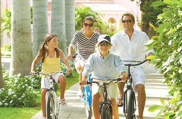 Родители с детьми катаются на велосипедах