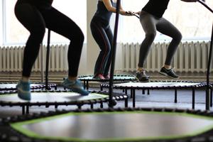 Джампинг на батутах - фитнес упражнения